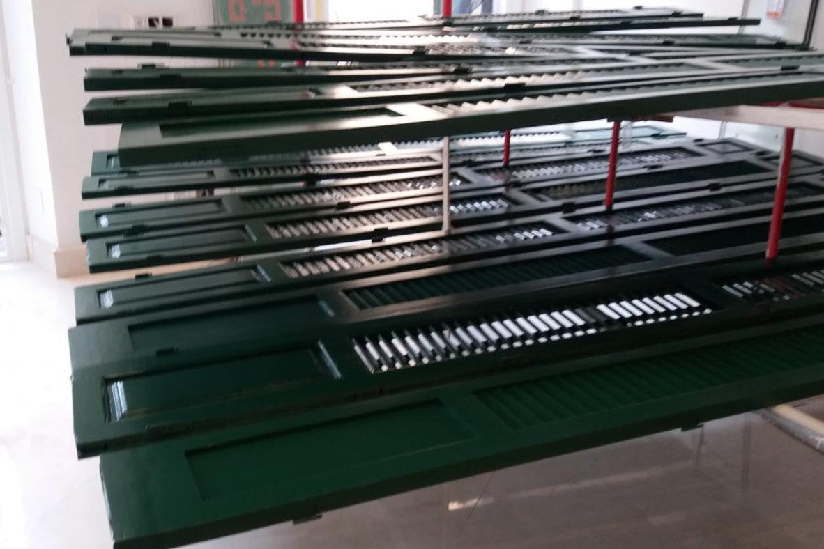 Lacado de puertas en color verde